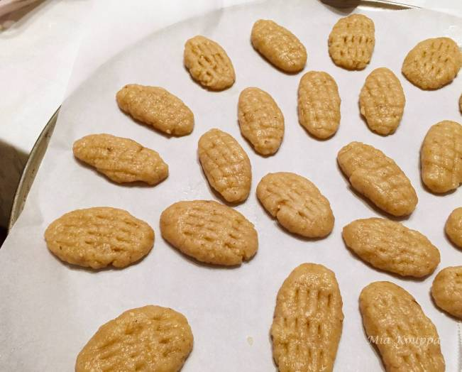 Melomakarona Greek cookies. These deliciously spiced, honey soaked, walnut topped Greek cookies just melt in your mouth.