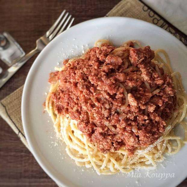 Spaghetti with meat sauce (Μακαρόνια με κιμά)