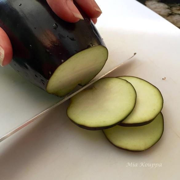 Fried eggplant chips (τηγανιτές μελιτζάνες)