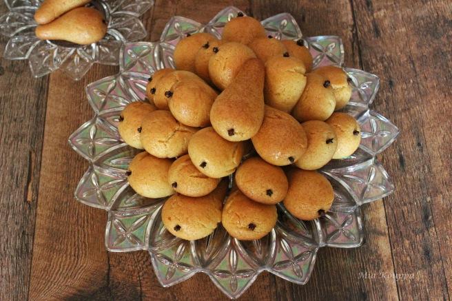 Pear-shaped cookies (Αχλαδάκια)
