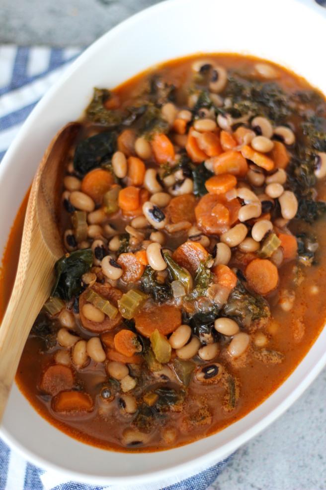 Black-eyed pea soup with kale (Σούπα με μαυρομάτικα φασόλια και κατσαρό λάχανο)
